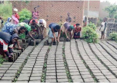 Oeganda (86) – Bakstenen bakken door oorlogslachtoffers – geadopteerd door KVG Bennekom en KVG Wageningen